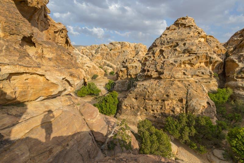 Hermoso paisaje natural vista los cañones y el valle de Sandstone en Little Petra, Jordania fotografía de archivo