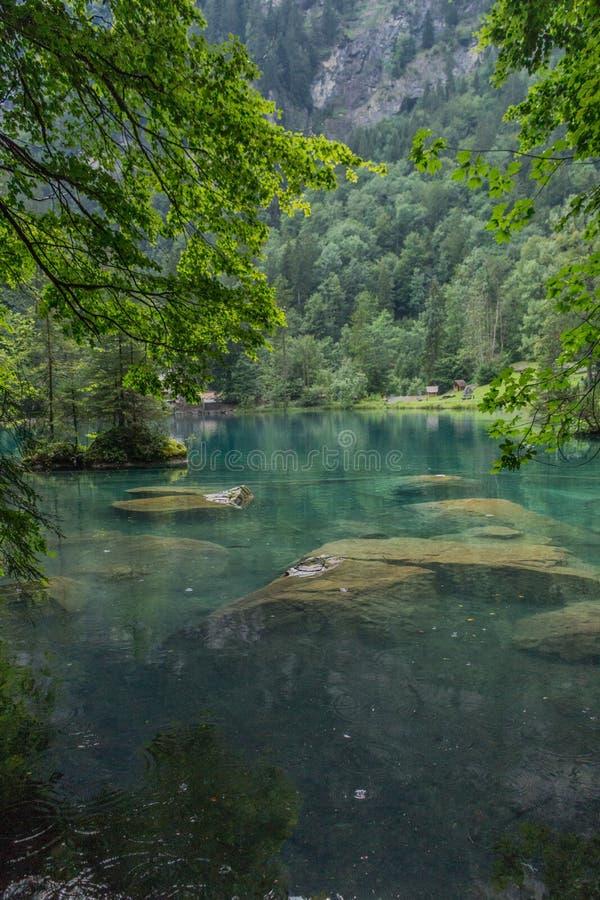 Hermoso recorrido por las montañas en Suiza. - Blausee/Suiza fotografía de archivo