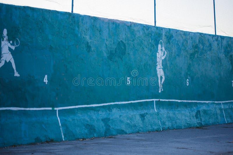 Hermoso un campo de tenis colorido grande Concepto del deporte imagenes de archivo