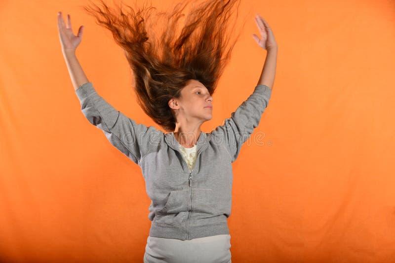 Hermoso y chica joven lanza para arriba el pelo y lleva a cabo las manos en lados, el concepto de libertad y la independencia imagenes de archivo