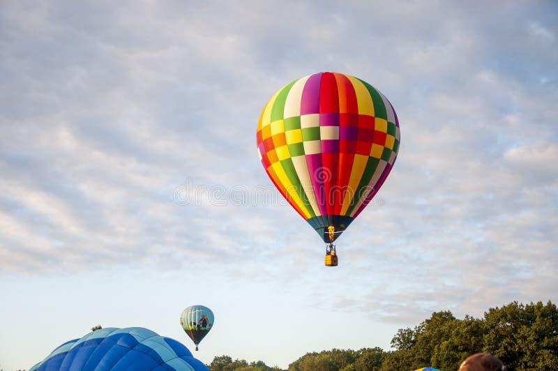 Hermoso y colorido globo de aire caliente - Treinta y dos imagen de archivo