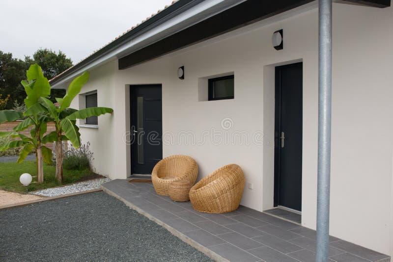 Hermoso y un exterior moderno blanco de la casa imagenes de archivo