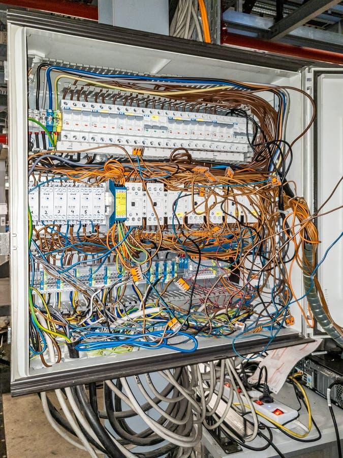 Herne, Alemania - 2 de octubre de 2018: Caos del cable en panel de control eléctrico foto de archivo
