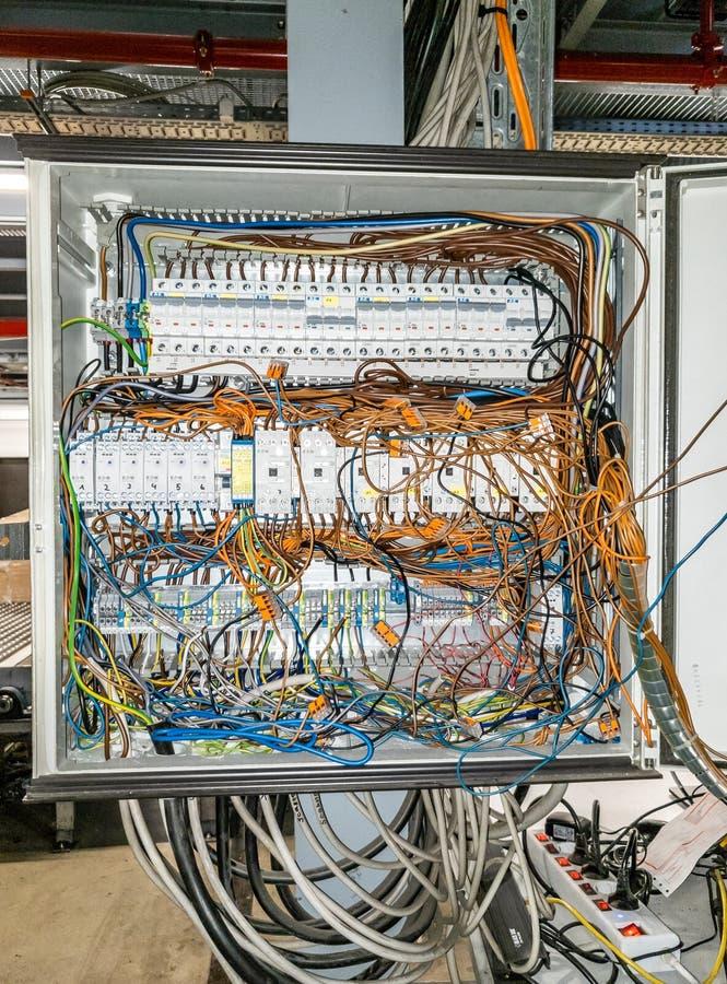 Herne, Alemania - 2 de octubre de 2018: Caos del cable en panel de control eléctrico imagen de archivo libre de regalías