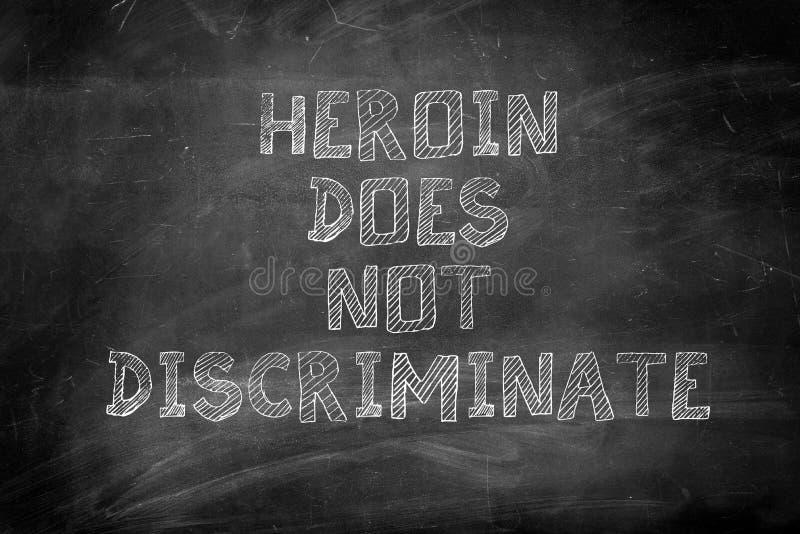 Heroina no dyskryminuje wiadomości na kredowej desce fotografia royalty free