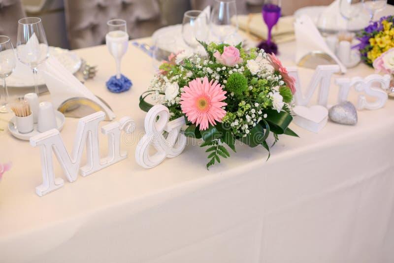 Herr och mrs tecken med blommor arkivfoton