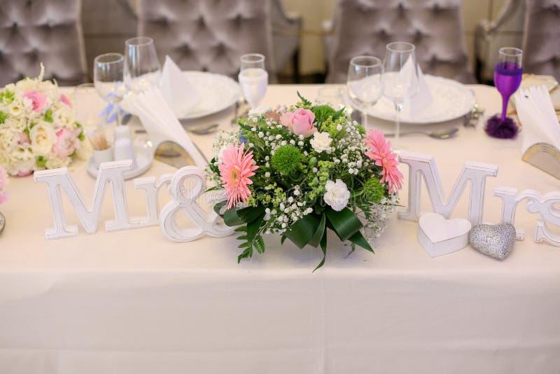 Herr och mrs tecken med blommor fotografering för bildbyråer