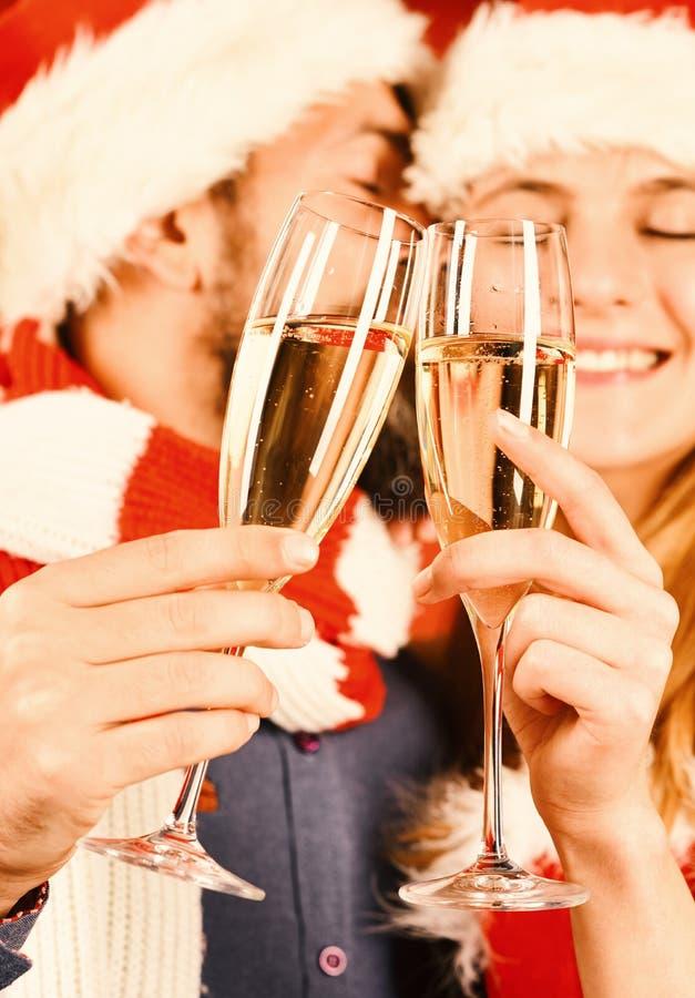 Herr und Missis Klaus halten Gläser Champagner, Abschluss hoch lizenzfreies stockfoto