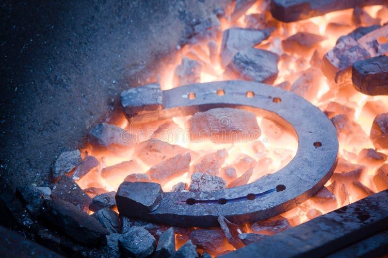Herradura en los carbones calientes foto de archivo libre de regalías