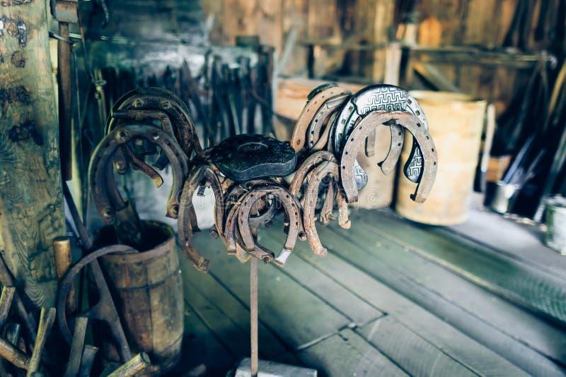Herraduras antiguas oxidadas de Brown en un granero fotografía de archivo libre de regalías