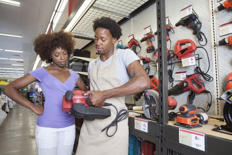 Herramienta de compra de la mujer afroamericana en la ferretería foto de archivo