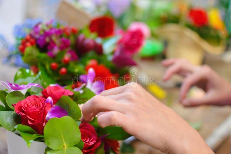 Herramienta de funcionamiento del florista en la floristería imagen de archivo