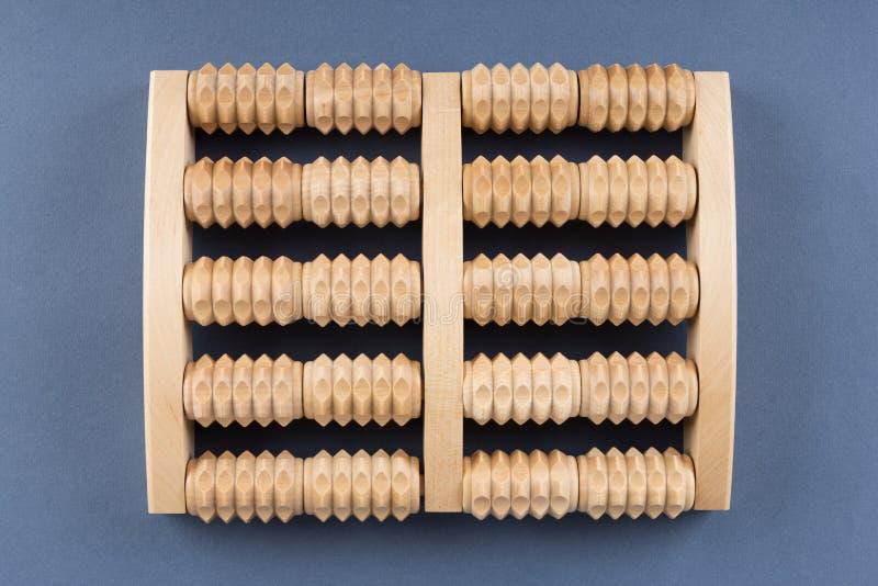 Herramienta de madera del masaje del rodillo para los pies foto de archivo