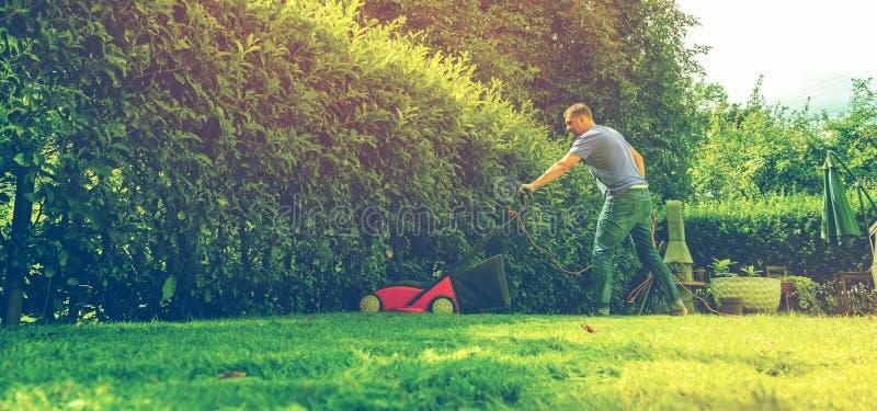 Herramienta de siega del trabajo del cuidado del jardinero del equipo de la hierba del cortacéspedes del cortacésped fotografía de archivo libre de regalías