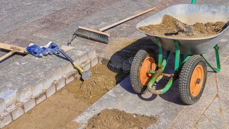 Herramienta para poner las losas en un fondo de los ladrillos del granito y de la mezcla del arena-cemento foto de archivo libre de regalías