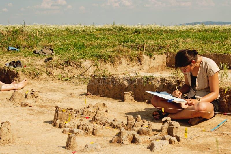 Herramientas arqueológicas, arqueólogo que trabaja en sitio fotografía de archivo libre de regalías