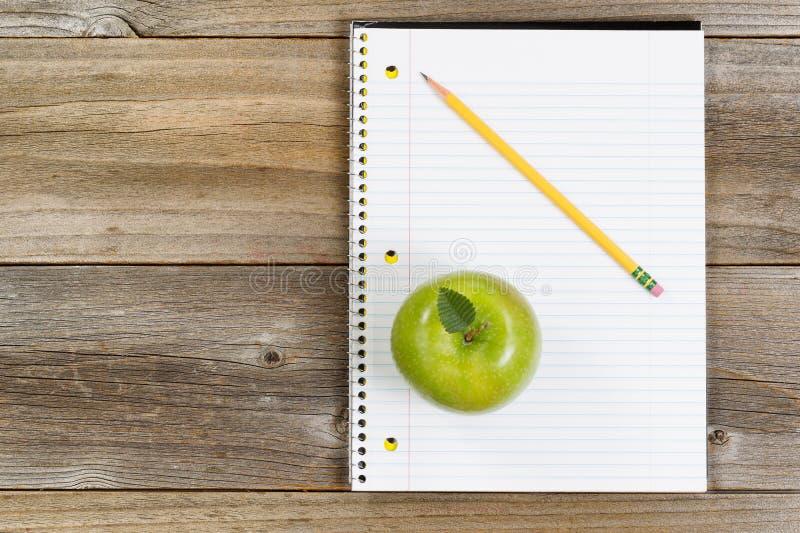 Herramientas básicas para la escuela o la oficina en los tableros de madera rústicos imagen de archivo libre de regalías