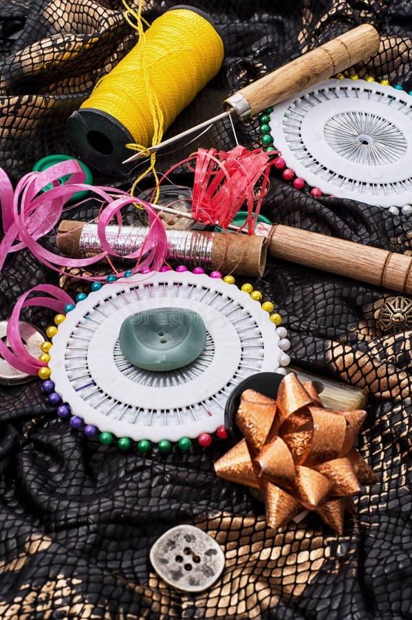 Download Herramientas de costura stock de ilustración. Ilustración de botones - 42439196