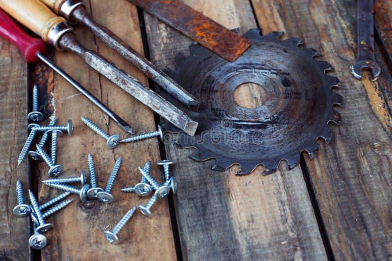Herramientas de la carpintería en los tableros imagenes de archivo