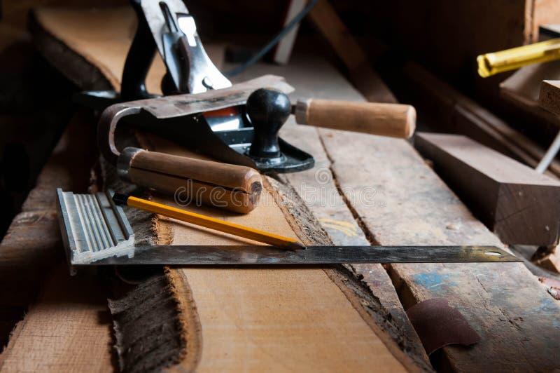 Herramientas de la carpintería en los tableros de madera foto de archivo libre de regalías