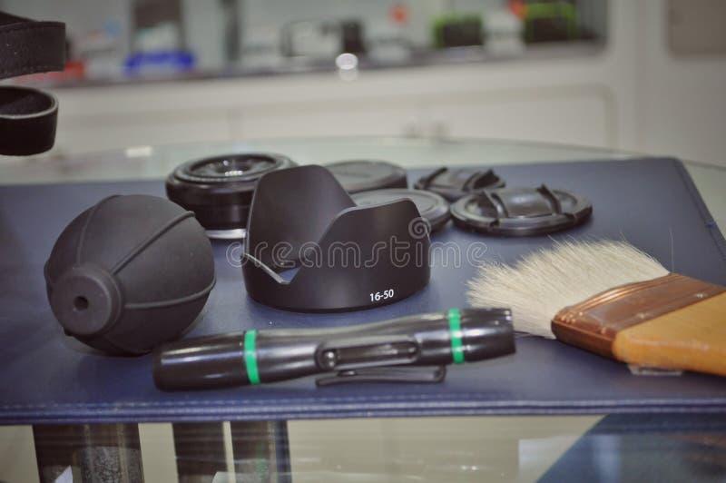 Herramientas de la limpieza de la cámara y de la lente imagenes de archivo