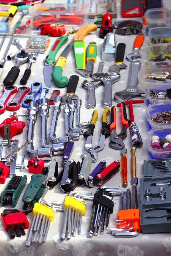 Herramientas de la mano del negocio en mercado de segunda mano foto de archivo libre de regalías