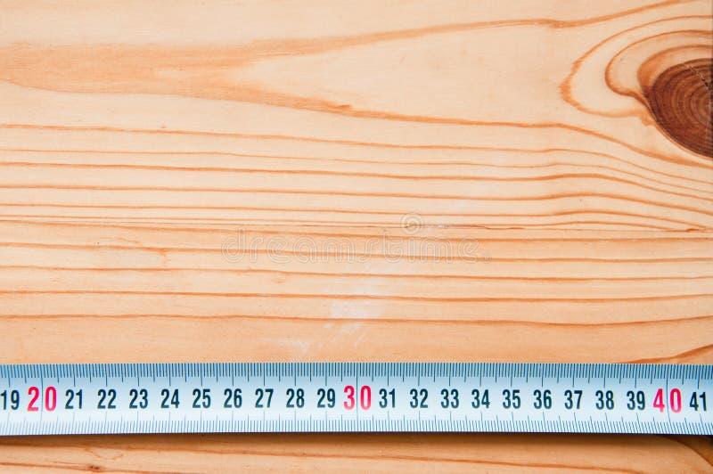 Herramientas de la mano en fondo de madera fotografía de archivo