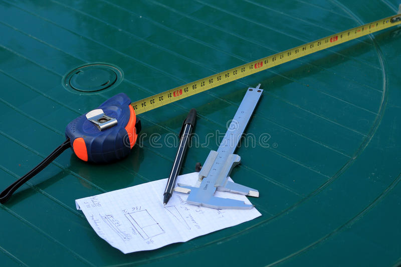 Herramientas de la medida en la tabla: calibrador y ruleta fotos de archivo