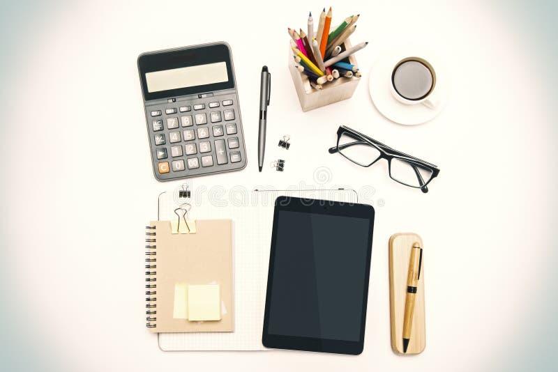 Herramientas de la oficina en el escritorio fotos de archivo libres de regalías