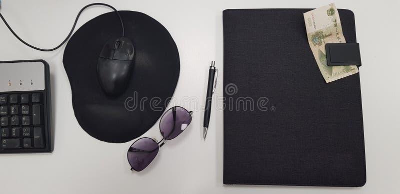 Herramientas de la oficina en la tabla blanca fotografía de archivo