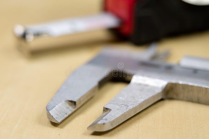 Herramientas de medición en el taller Calibrador para el trabajo del cerrajero sobre a foto de archivo