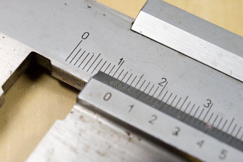 Herramientas de medición en el taller Calibrador para el trabajo del cerrajero sobre a fotos de archivo libres de regalías