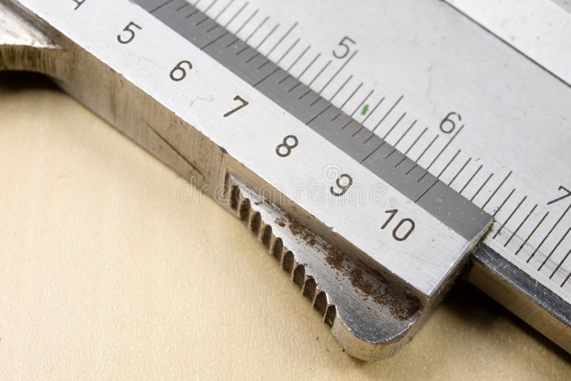 Herramientas de medición en el taller Calibrador para el trabajo del cerrajero sobre a imagen de archivo