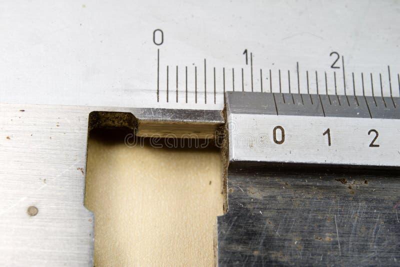 Herramientas de medición en el taller Calibrador para el trabajo del cerrajero sobre a imagen de archivo libre de regalías