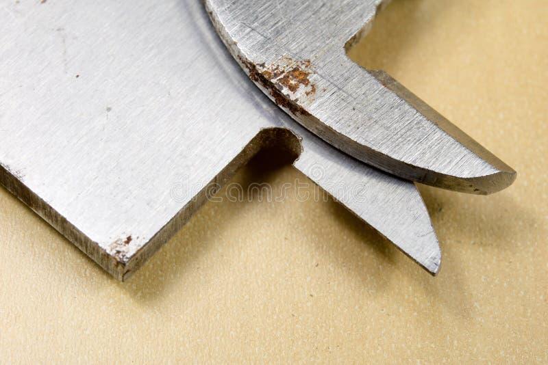 Herramientas de medición en el taller Calibrador para el trabajo del cerrajero sobre a imagenes de archivo