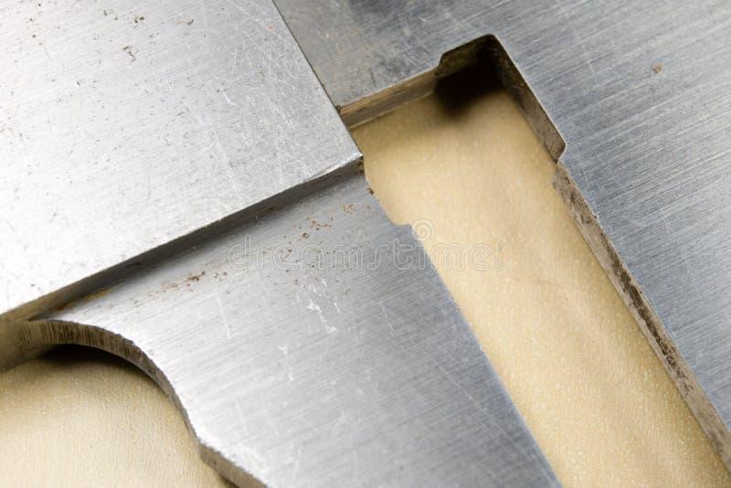 Herramientas de medición en el taller Calibrador para el trabajo del cerrajero sobre a imágenes de archivo libres de regalías