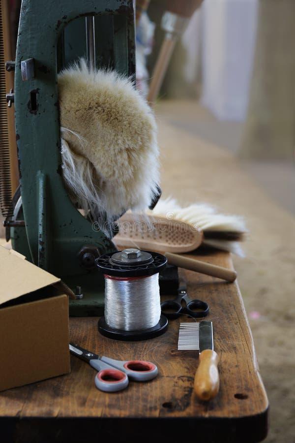 Herramientas de una carpeta del brushmaker y de la escoba, como tijeras, hilado, peine, imágenes de archivo libres de regalías