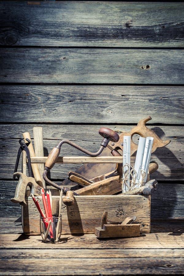 Herramientas del carpintero del vintage en caja de herramientas de madera imagenes de archivo