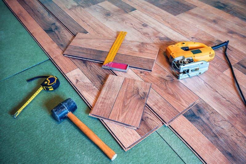 Herramientas del carpintero en el piso laminado foto de archivo