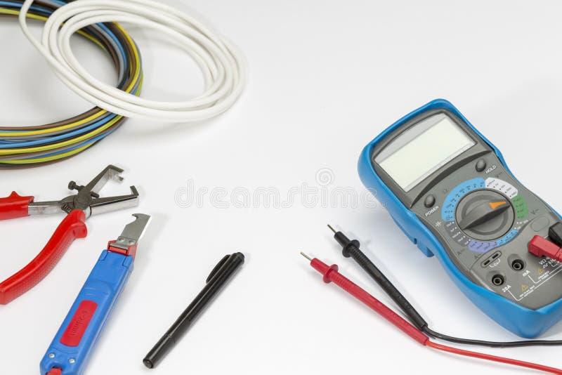 Herramientas del electricista en el fondo blanco Visión superior fotografía de archivo