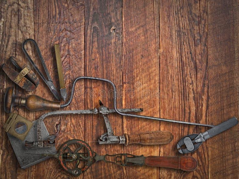 Herramientas del joyero del vintage sobre banco fotos de archivo