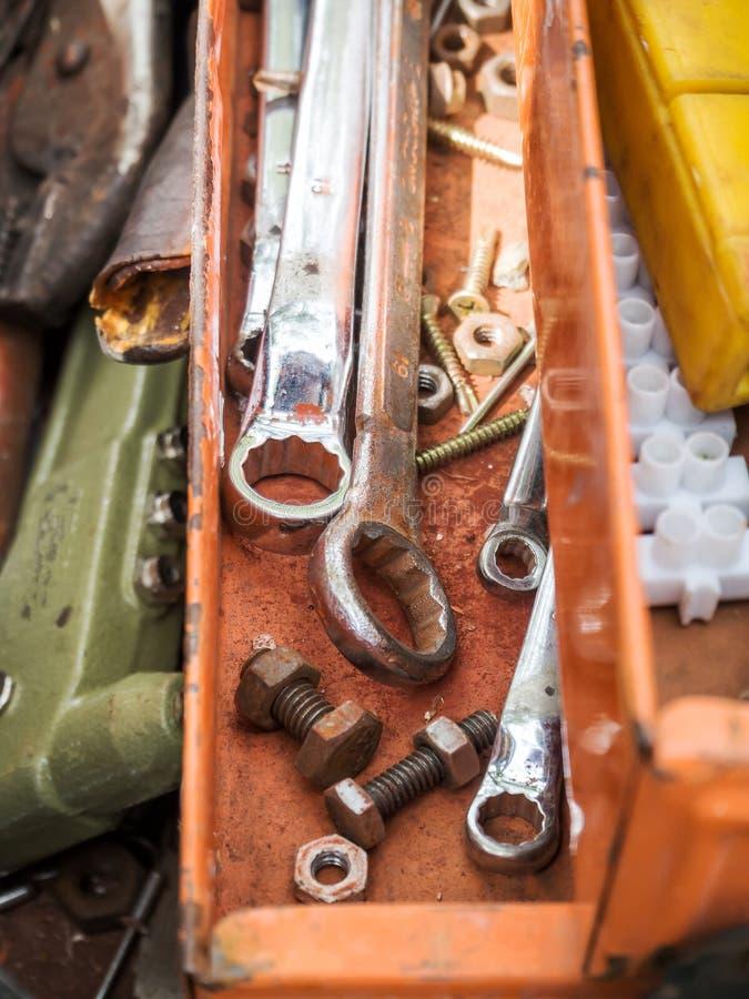 Herramientas del trabajo en caja de herramientas vieja imágenes de archivo libres de regalías