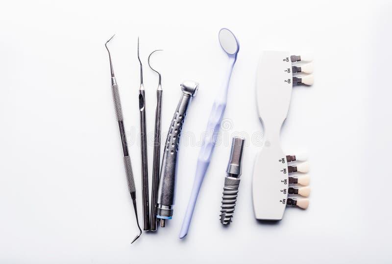 Herramientas dentales en la tabla blanca imagen de archivo
