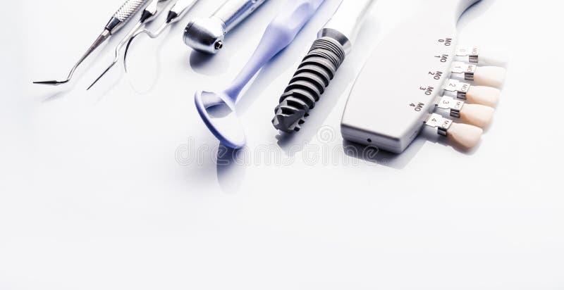 Herramientas dentales en la tabla blanca imagenes de archivo