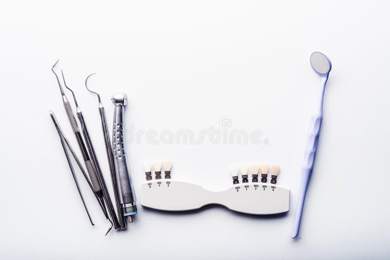 Herramientas dentales en la tabla blanca fotografía de archivo libre de regalías