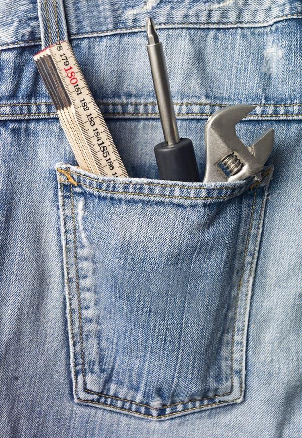 Herramientas en bolsillo de los pantalones vaqueros foto de archivo libre de regalías