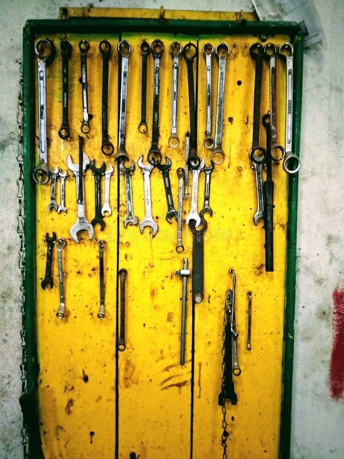 Herramientas en garaje imagenes de archivo