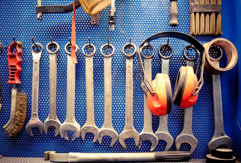 Herramientas en taller de reparaciones auto imagenes de archivo