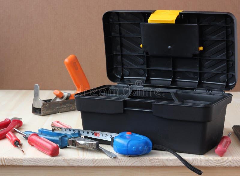 herramientas en una tabla de madera taller, caja de herramientas fotografía de archivo libre de regalías