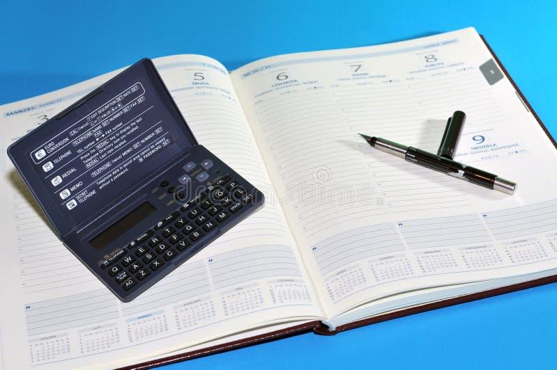 Herramientas financieras, agenda, pluma y calculadora imagen de archivo